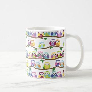 Hiboux colorés sur une branche mug