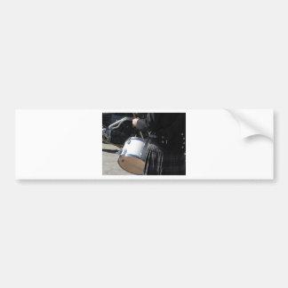 Homme avec le kilt jouant sur des tambours autocollant de voiture