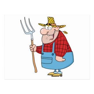 Homme d'agriculteur portant un râteau carte postale