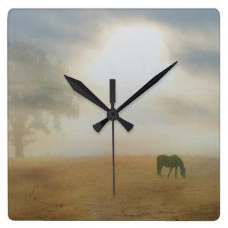 Horloge Carrée Beau cheval dans l'horloge de brume