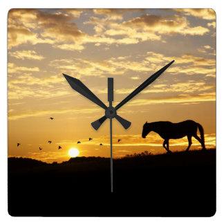 Horloge Carrée Beau cheval dans l'horloge de coucher du soleil
