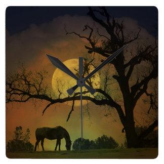 Horloge Carrée Beau cheval dans l'horloge de lune de récolte