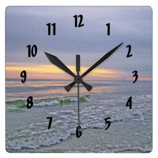 Horloge Carrée Beau coucher du soleil le long d'île de chêne