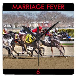 Horloge Carrée Fièvre de mariage et vieux parvenu