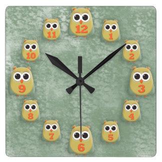 Horloge Carrée Hiboux oranges mignons de vert jaune sur la grunge