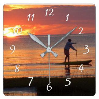 Horloge Carrée Homme sur l'agence de l'eau au coucher du soleil