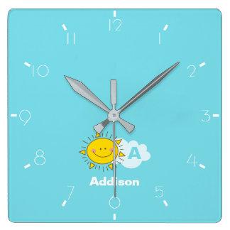 Horloge Carrée Le monogramme heureux mignon de soleil de Kawaii