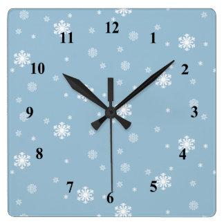 Horloge Carrée Les flocons de neige modèlent l'hiver bleu, l'ont