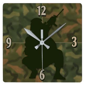 Horloge Carrée L'horloge de l'enfant d'armée - Camo et soldat