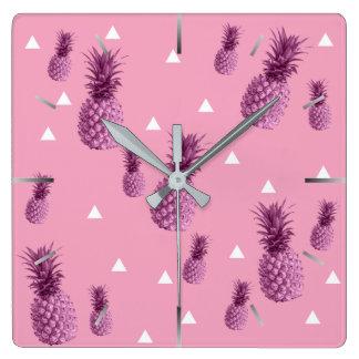 Horloge Carrée Motif rose tropical de triangles d'ananas d'été