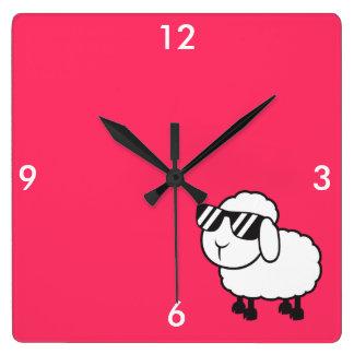 Horloge Carrée Moutons blancs dans la bande dessinée de lunettes