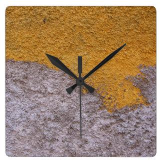 Horloge Carrée Mur cru rugueux de construction de Beton aucuns