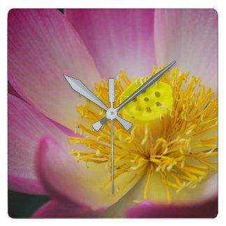 Horloge Carrée pétales de fleur de lotus