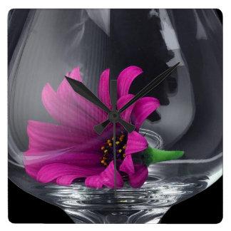 Horloge Carrée Plan rapproché rose de marguerite dans un verre de