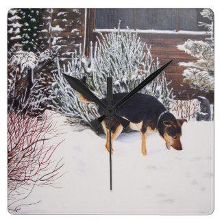 Horloge Carrée Scène de neige d'hiver avec le chien noir et