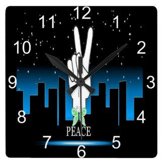 Horloge Carrée Symbole de paix avec un arrière - plan de ville