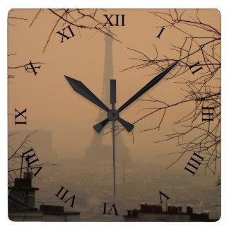 Horloge Carrée Tour Eiffel en brume d'horloge murale de carré de