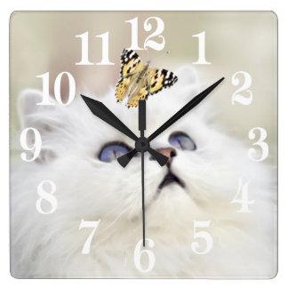 Horloge Carrée Un chaton et un papillon