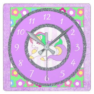 Horloge de licorne avec les fleurs pourpres et
