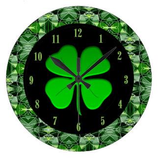 Horloge glorieuse de shamrock de motif d'abrégé