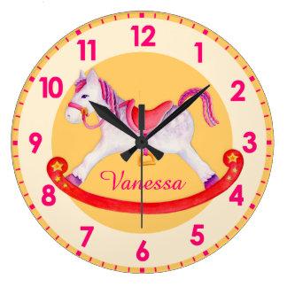Horloge jaune d'enfants appelée par crèche de