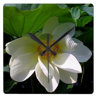 Horloge murale avec la fleur de Lotus blanc