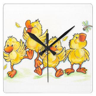 Horloge murale carrée d'enfants mignons heureux de