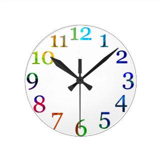 horloge murale colorée de nombres d'arc-en-ciel