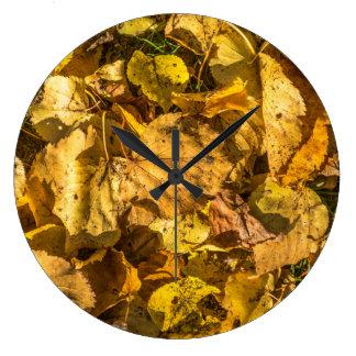 Horloge murale d'or de feuille