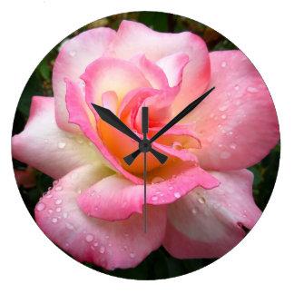 Horloge murale - s'est levé avec les pétales roses