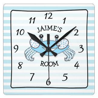 Horloge rayée bleue personnalisée de crabe de nom