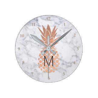 Horloge Ronde ananas rose d'or de monogramme sur le marbre