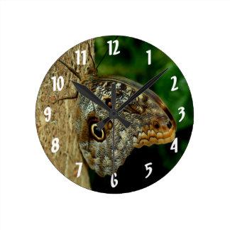 Horloge Ronde Art d'animal de papillon de hibou de Brown