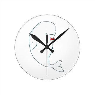 Horloge Ronde baleine de beluga de kawaii avec le bowtie rouge