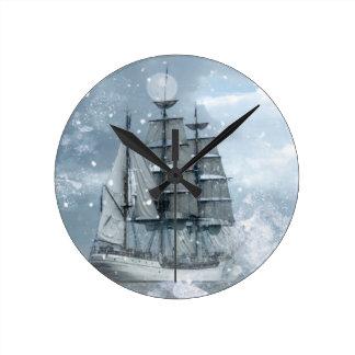 Horloge Ronde bateau de pirate vintage de tempête de neige
