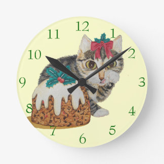 Horloge Ronde chat tigré gris de chaton mignon léchant Noël de