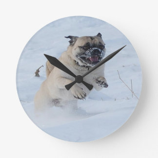 Horloge Ronde Chien espiègle de carlin de neige