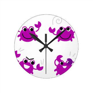 Horloge Ronde Crabes roses merveilleux sur le blanc