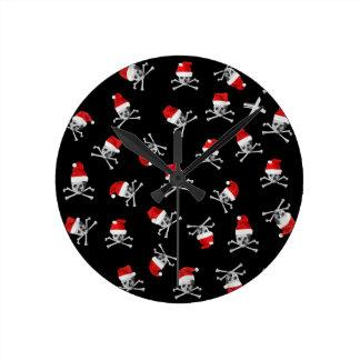 Horloge Ronde Crânes de pirate de vacances de Noël sur le noir