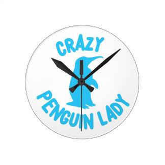 Horloge Ronde dame folle de pingouin