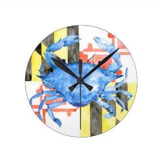 Horloge Ronde Drapeau du Maryland d'aquarelle et crabe bleu