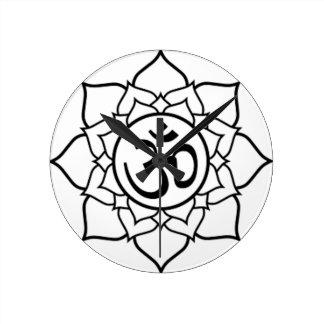 Horloge Ronde Fleur de Lotus, noire avec l'arrière - plan blanc