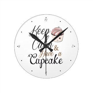 Horloge Ronde Gardez le calme pour avoir le petit gâteau Kawaii