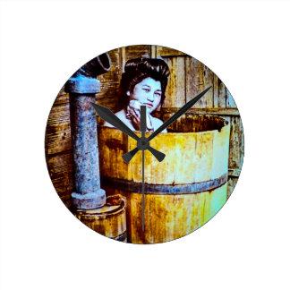 Horloge Ronde Geisha japonais vintage se baignant dans un baquet