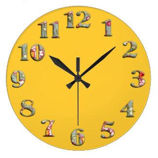 Horloge ronde jaune lumineuse avec les grands nomb