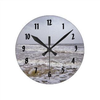 Horloge Ronde Jour froid et venteux le long de littoral