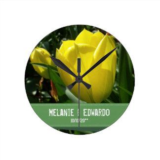 Horloge Ronde La tulipe jaune fleurit le mariage
