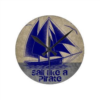 Horloge Ronde La voile aiment un pirate, garçon nautique