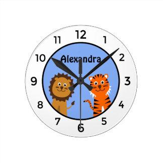 Horloge Ronde Le tigre mignon de lion ajoutent l'enfant blanc