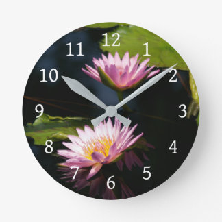 Horloge Ronde Nénuphars pourpres roses de Lotus